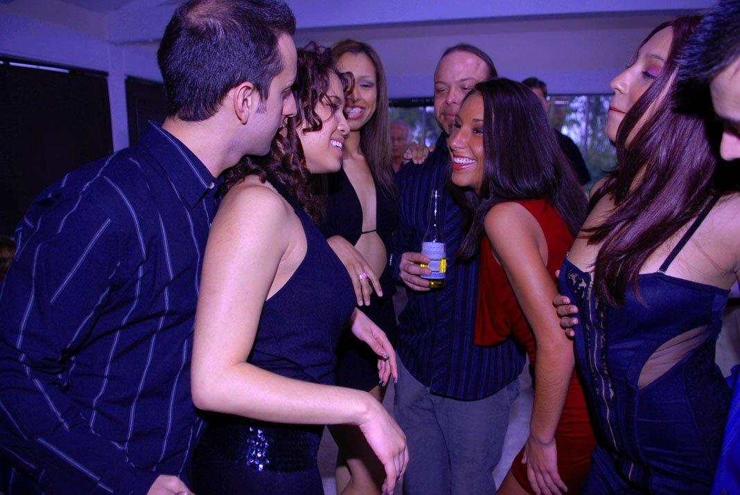 Mulher fudendo gostoso com vários caras depois da festa