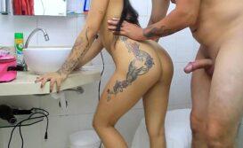 Mulher transando no Banheiro em video porno caseiro