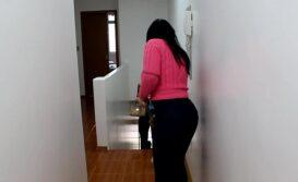 Morena peituda fodendo gostoso com o boy no banheiro