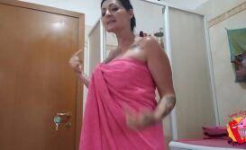 Pelada no banho batendo um siririca no video porno