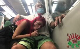 Novinha fazendo boquete dentro do metro