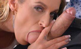 Secretária boqueteira mamando na pica do chefe